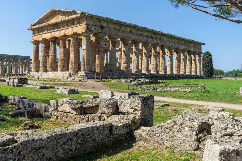 Tempio di Nettuno a Paestum, dove coltiviamo i nostri melograni.